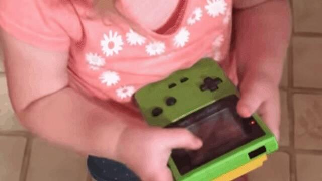 La niña que se ha hecho viral al intentar jugar a la Game Boy Color como si fuera un Smartphone