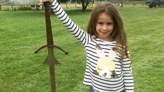 Una niña inglesa de 7 años encuentra Excalibur en el fondo de un lago