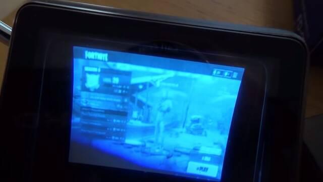"""Así se juega a Fortnite con un televisor de bolsillo de los 80 de 2"""""""