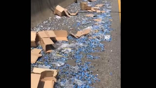 Un camión deja un reguero de dados en la carretera y saca un 756.000