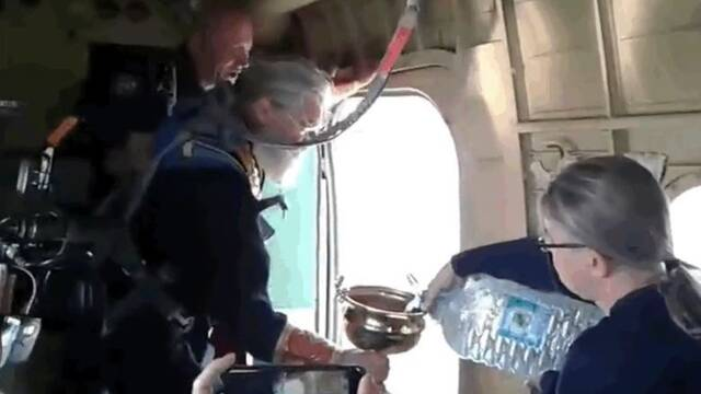 Un clérigo rocía con 80 litros de agua bendita una ciudad para purificarla