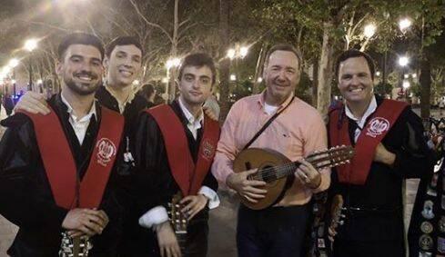Kevin Spacey en Sevilla cantando 'La Bamba' con una tuna