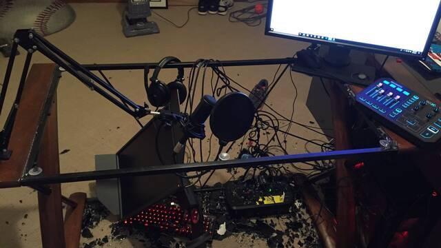 A este streamer se le rompe su escritorio de cristal en mitad de un directo