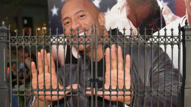 Dwayne Johnson llega tarde al rodaje... ¡Y arranca la puerta de su casa!